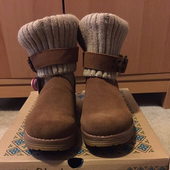 Sketchers boots Size 7M Skechers boots. Sweater top and fur inside. BRAND NEW! STILL IN THE BOX!They were a gift to a friend but waited to long to take them back . No trades. ✅ Will take offers! Skechers Shoes Winter & Rain Boots
