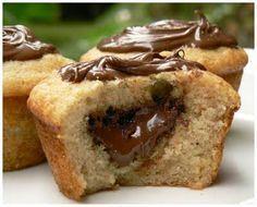 """Μια συνταγή για υπέροχα και γρήγορα muffins με νουτέλα. Ένα σοκολατένιο κεκάκι σκέτη """"κόλαση"""" που λατρέψουν μικροί και μεγάλοι. 1 αυγό 1/3 φλ. τσαγιούελαι"""