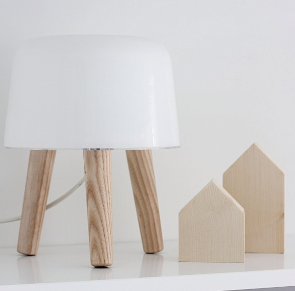 Lampe Milk : http://www.uaredesign.com/milk-and-tradition-lampe-poser-cable-blanc.html - 139€