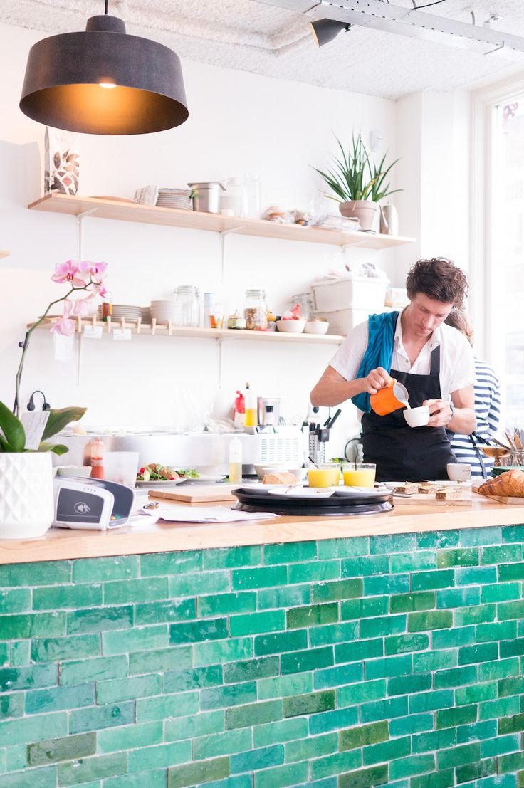 Bij Lucas aan de Wittevrouwenstraat in Utrecht kom je binnenvallen voor huisgemaakte taarten, heerlijke koffie en thee, ontbijt of lunch.