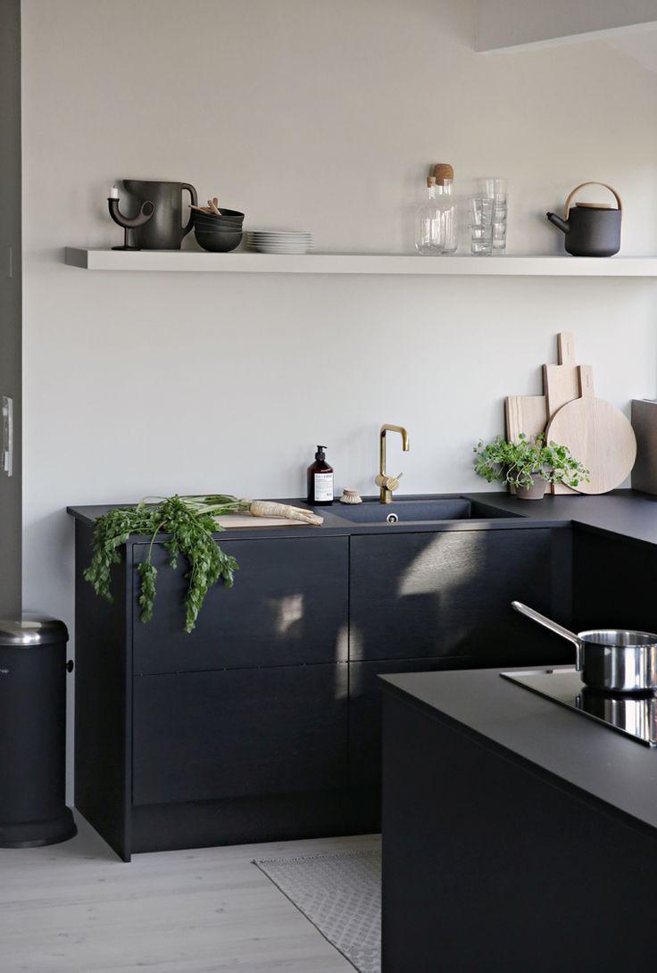 all black kitchen cabinets