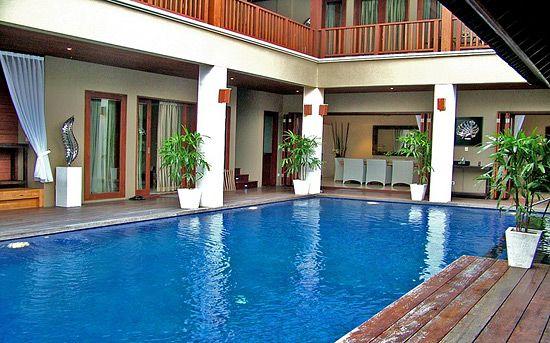 Villa Mewah dengan empat kamar suite, glamour dan sangat bergaya layaknya ruang theater dengan kolam renang yang aman bagi anak-anak