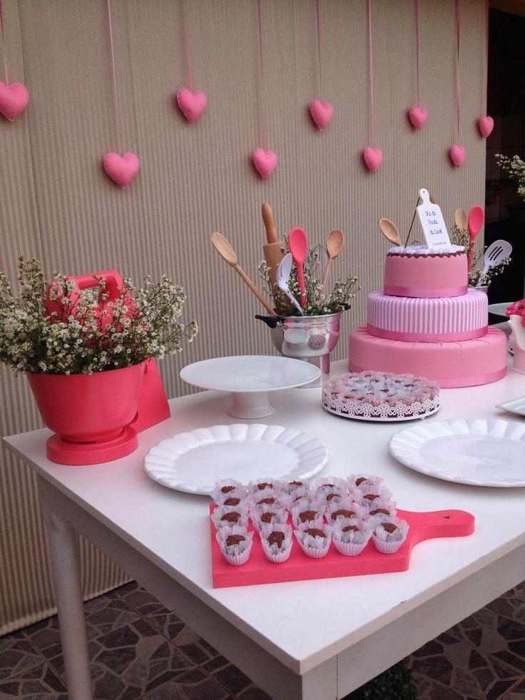Uma chá romântico, cor de rosa e delicado, assim que a noivinha Carol me pediu que fosse o seu chá de panela, que falasse um pouco do seu es...