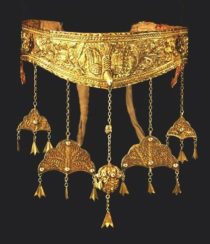 """Posted by Linda Pastorino on her page of """"ethnic jewels"""" with the description: """"Rare Aceh 22 K gold crown, 18th c, Banda Aceh, Indonesia"""". [It certainly is rare, and a remarkable piece.] 534858_10151328658178049_1536305628_n.jpg (423×490)"""