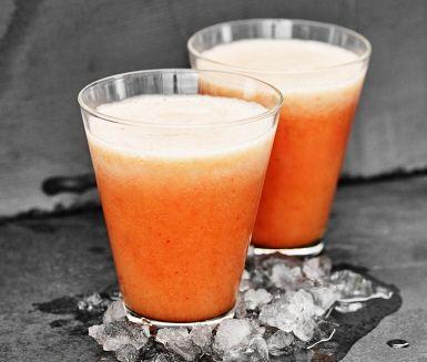 Starta dagen med en energikick! Denna smoothie passar lika bra till frukost, som mellanmål eller till söndagens brunch. Ingefära, jordgubbar och rabarber i en fräsch blandning med äppeljuice. Allt mixas samman, häll upp i glas, färdigt att servera.
