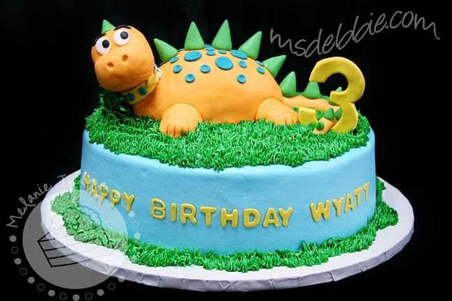 a post showcasing some of our favorite dinosaur birthday cakes. [See more dinosaur party ideas] These birthday cakes represent a range of budgets -- from the homemade to the ordered from professional cake decorators -- and a variety a variations on the dinosaur theme itself -- from pop... #dinosaur