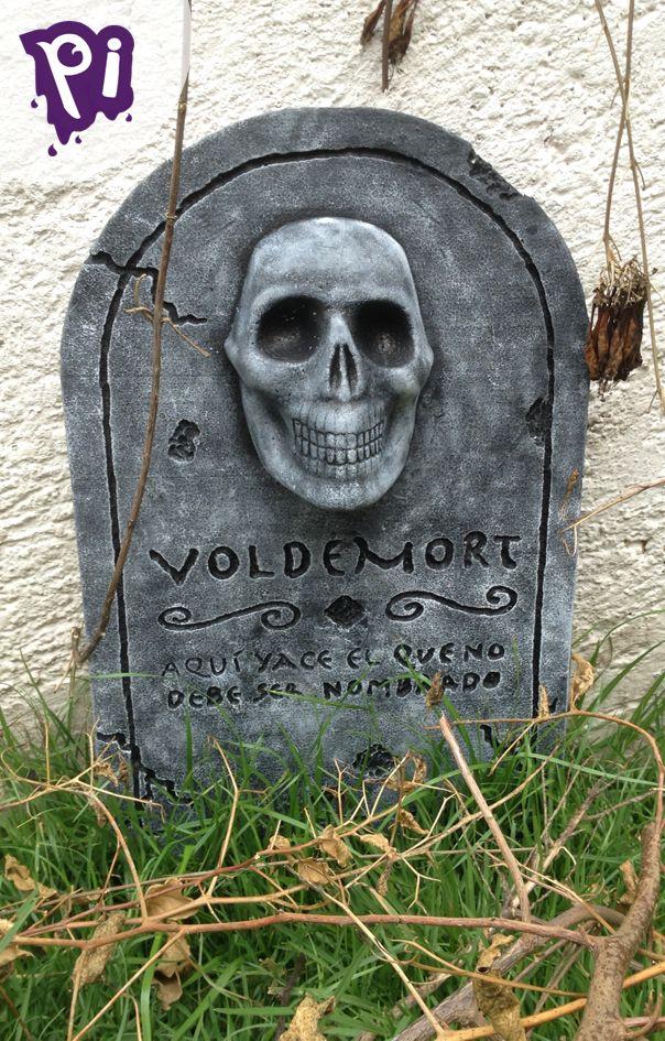 Decora con lapidas muy reales en este Halloween o día de muertos, puedes ponerle lo que tu desees,  transforma tu casa o jardín en un verdadero cementerio de terror, checa como hacerlas aquí: https://www.youtube.com/watch?v=3hK5lJMyJtU