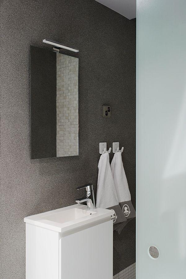 Kylpyhuoneen seinät on maalattu Lujalla, sävyt J488 ja L488, ja pinta käsitelty Tunto Kivi -kivipinnoitteella, sävy KP41 Meteoriitti #asuntomessut #tikkurila #luja #tuntokivi #kivipinnoite #harmaa #hopea #kylpyhuone #trendit #efektiseinä #maalausidea