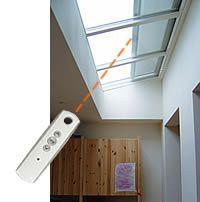 Elektrisch bediende buitenzonwering voor een lichtstraat van Luxlight. Meer info: http://www.hout-en-bouwmaterialen.nl/luxlight-basic-lichtstraten.php