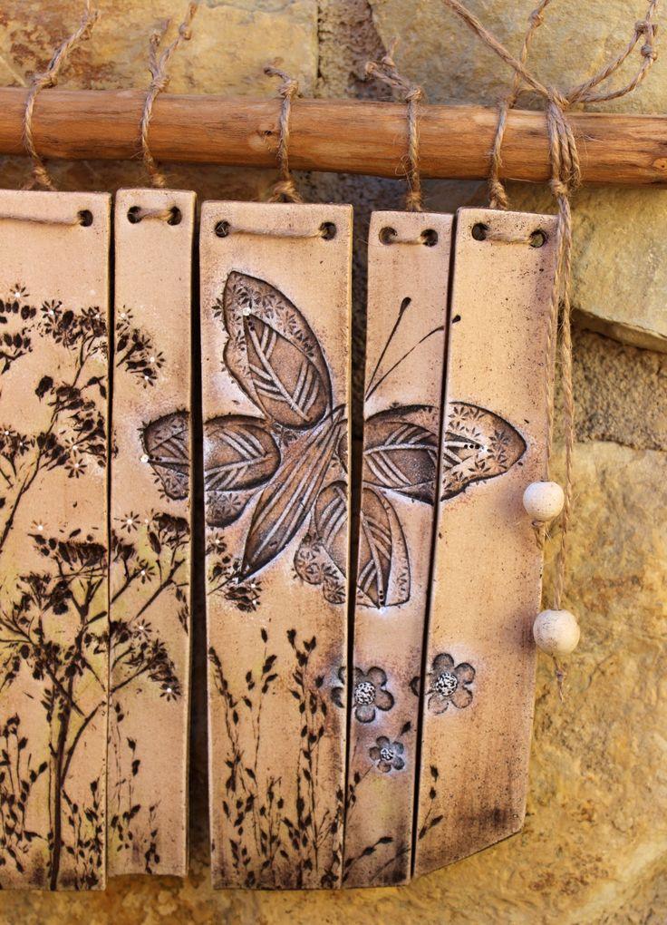 Krásně zvoní i s motýlem Keramická, krásně zvonící zvonkohra Rozměr 25 x 38 cm