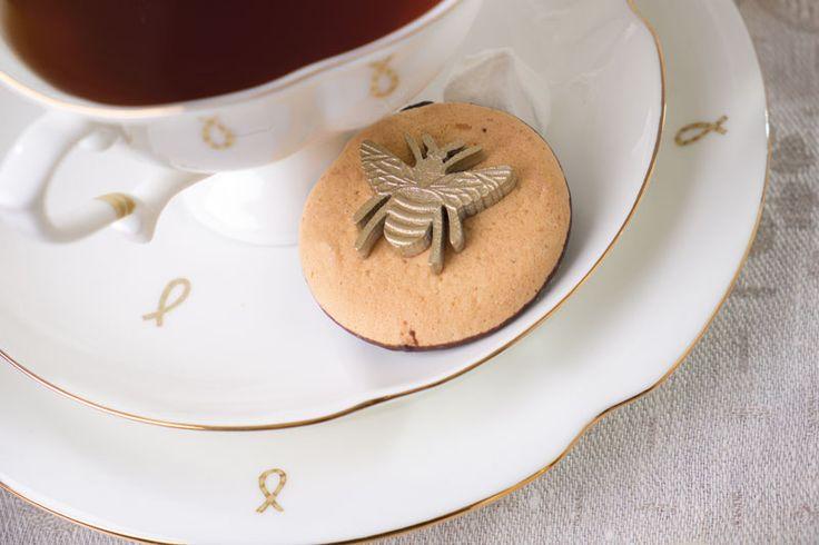 Свадебное печенье с жуком. журнал: Wedding magazine, фотограф: Сергей Усик, кондитер: Маша Кейк