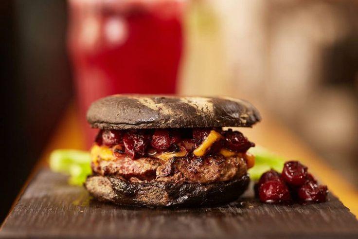 Чёрный бургер из телятины с клюквой Сочная котлета из молодой телятины, бородинская булочка и клюквенный чатни — этот вкус невозможно забыть.
