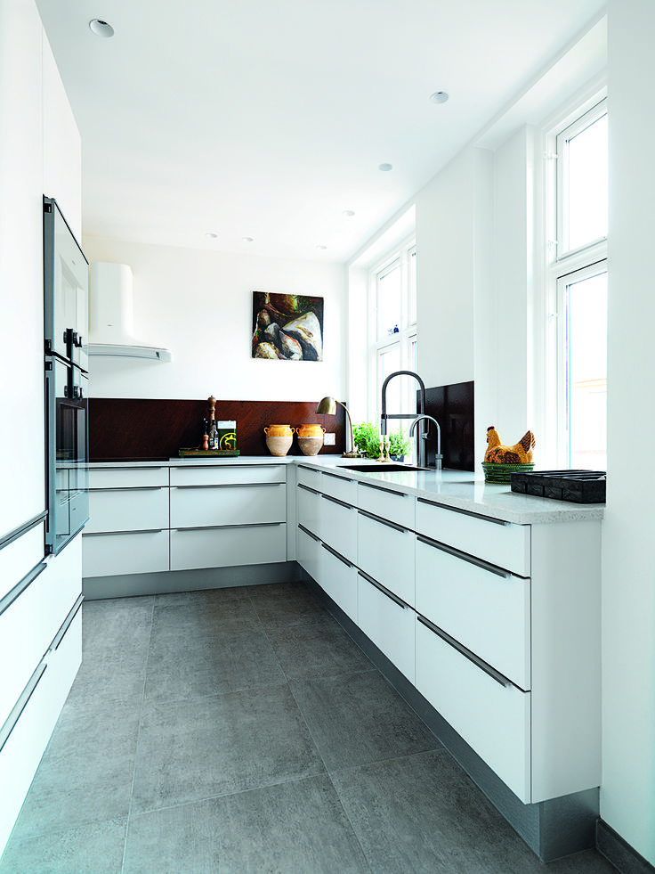 Med sin baggrund som konditor havde Lars Juul-Mortensen klare krav til sit køkken: En funktionel arbejdsplads og et rum, man har lyst til at være i. Se mere på www.jke-design.dk.