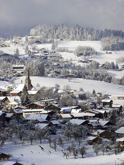 Combloux, charmant village de montagne, à visiter avec les Guides du Patrimoine des Pays de Savoie http://www.gpps.fr/Guides-du-Patrimoine-des-Pays-de-Savoie/Pages/Site/Visites-en-Savoie-Mont-Blanc/Faucigny/Pays-du-Mont-Blanc/Combloux
