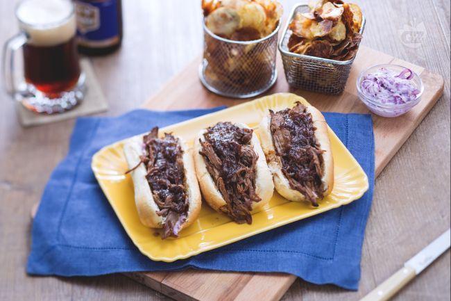 Il sandwich di manzo e insalata di cavolo con patate croccanti è un panino rock, farcito con punta di petto di manzo cotta dolcemente.