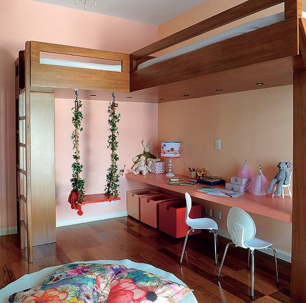 Duas camas foram posicionadas pela arquiteta Andrea Reis. Agora sobra espaço para as duas meninas, donas do quarto, brincarem à vontade – inclusive no balanço estrategicamente posicionado no vão