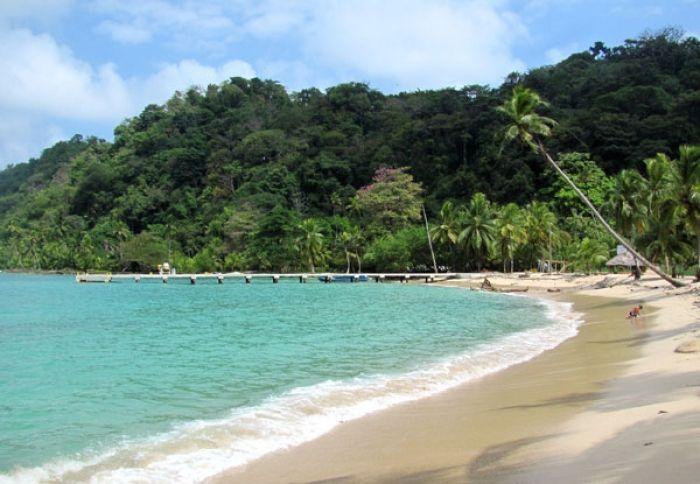 Capurganá es una bahía que se encuentra rodeada por la selva tropical de la…