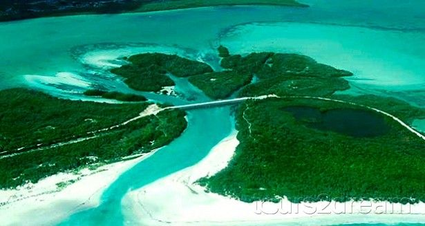 Sian Ka'an (que em maia significa a origem do céu ou presente do céu)  patrimônio mundial pela UNESCO A reserva é composta por uma zona terrestre e uma zona marinha. No interior da reserva encontram-se também pleo menos 23 sítios arqueológicos maias (conhecidos) com relíquias com pelo menos 2.300 anos.