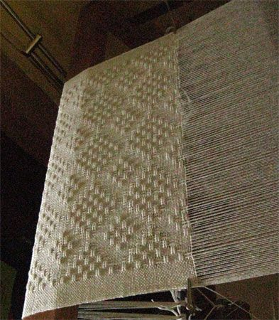 eggshell shawl on loom Más