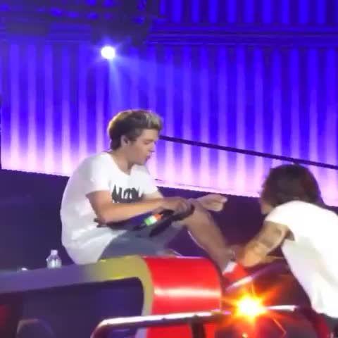 Harry tying-Kissing Niall's shoes  #WWATour #narryforlife