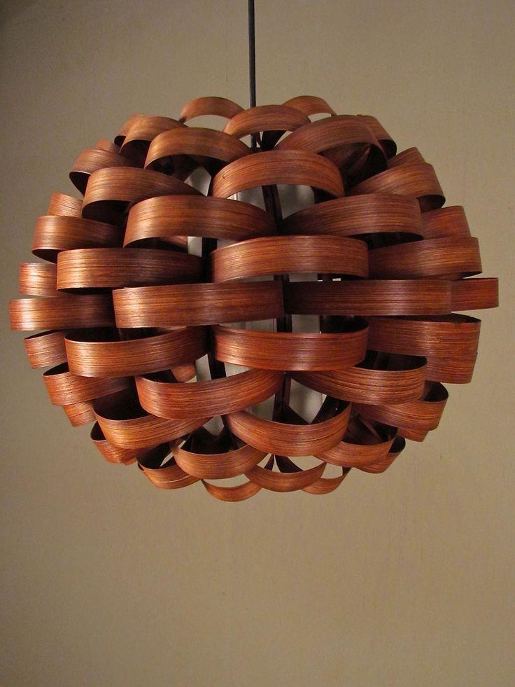 竹を織って作られた照明。モダンな和室に特に合いそうです。
