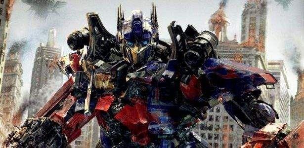 Depois de vermos as duas primeiras máquinas que farão parte de Transformers 4, chegou a hora de vermos o nosso velho conhecido Optimus Prime em forma de caminhão. Para a linha de brinquedos de 1984, foi modelado um caminhão semi-reboquede eixo triplo, vermelho chamado de Freightliner FL86, mas para o filme de 2007, ele foi …