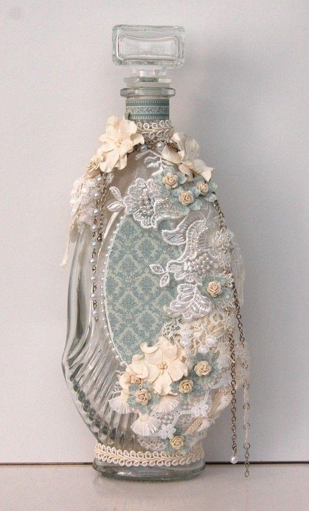 Garrafa de vidro decorada.