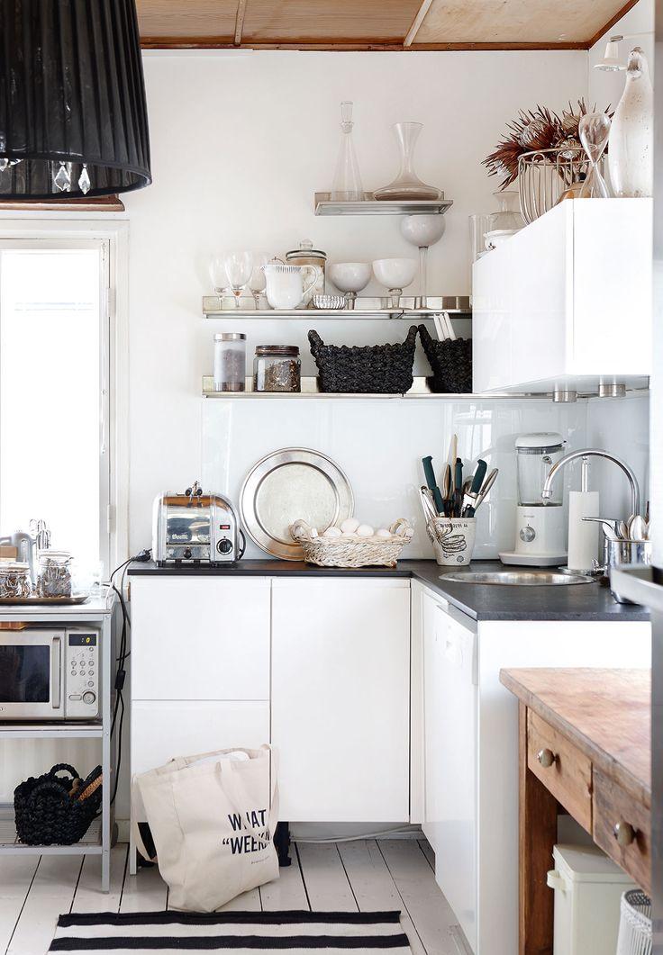 Keittiössä on ainoastaan muutama kiinteä kaluste. Muuten keittiö on sisustettu liikuteltavilla hyllyköillä ja sivupöydillä. Alakaapit ovat Kehra Kalusteesta ja metalliset hyllyt Ikeasta. Tea pitää siitä, että astiat ovat näkyvillä ja helposti käden ulottuvilla.