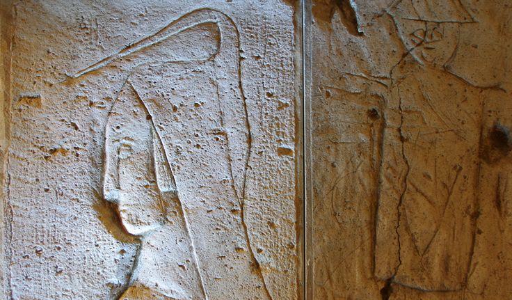 Grafitti de prisonniers: Profil de personnage à la coiffe. XIVe siècle. Prisons de l'Officialité. Sens (Yonne). France / medieval / jail