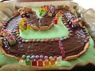 """Fertiger Rennfahrer Kuchen: Mein Sohn liebt Autos und hat sich zum Geburtstag einen Rennfahrer Geburtstag gewünscht. Oh je, wie sollte ich da einen Kuchen passend für """"sein"""" Thema"""