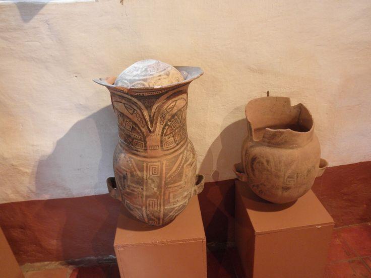 Dentro de estas vasijas antiguas se depositaba a la persona fallecida con algunas de sus pertenencias.