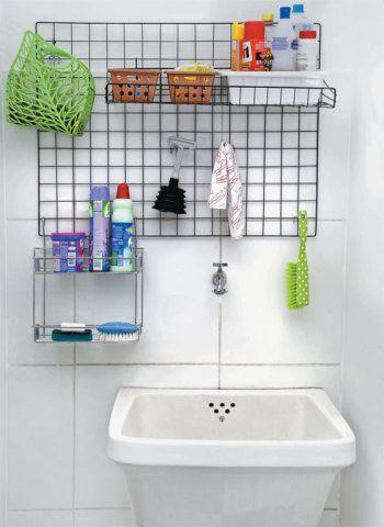 Panos, escovas com cabo e itens pequenos ficam bem instalados na tela graças a ganchos avulsos (modelo 10ZC, de 10 cm, MonteSuaLoja.com , R$ 4,23 a embalagem com 12).