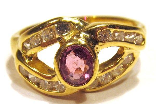 Anello in oro giallo 750/1000 gr. 5,5, con rubino rosa e 16 zirconi.
