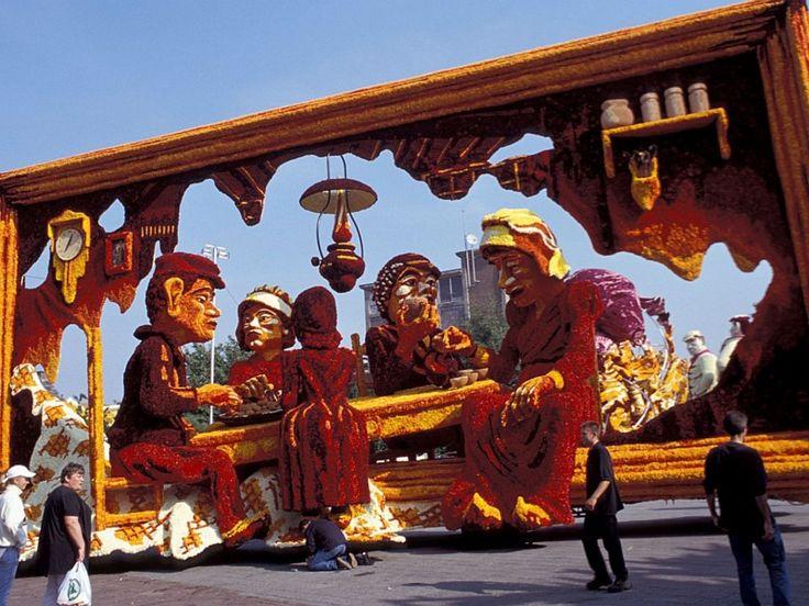 Het thema van het bloemencorso in Zundert is dit jaar Vincent Van Gogh. Corsowagen uit 2003 met als thema Van Gogh