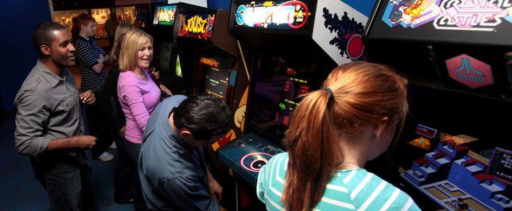 http://www.estrategiadigital.pt/internet-arcade-mais-de-900-jogos-arcade-prontos-a-jogar/ - Antes de chegarem os computadores e as consolas, só era possível jogar jogos eletrónicos através de grandes máquinas instaladas, por norma, em espaços públicos como cafés e restaurantes. As pessoas iam até lá, metiam a moeda e jogavam.