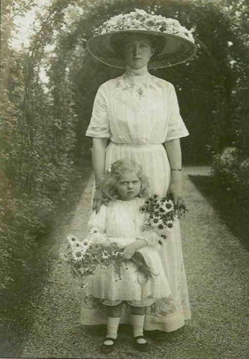 Princess Sibylla of Saxe-Coburg and Gotha as a child with her mother, ca. 1910s