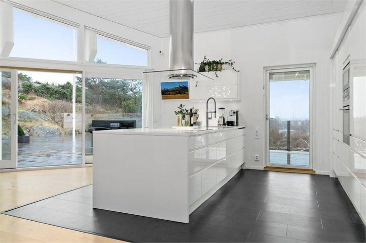 Line vit | Ballingslöv LOCATION: Arkitektritad villa med insynsskyddat läge och utsikt över skärgården, Göteborg