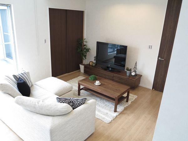 床の色とドアの色どちらの色合わせて家具を選んだらいいのか 参考にしてください リビング インテリア インテリア リビング 10畳 インテリア 家具