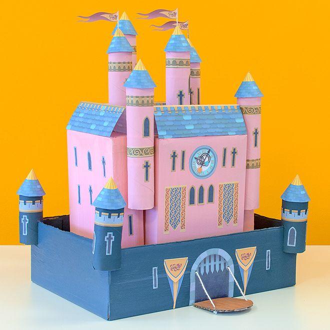 Die Kinder werden gerne helfen, dieses Märchenschloss aus Pappkartons und leeren Küchenpapierrollen zu bauen.