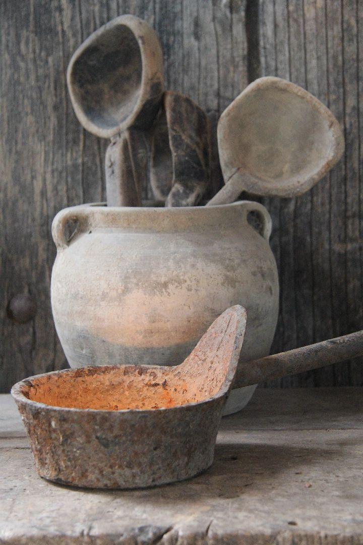 Unieke Iron Spoon van Aura Peeperkorn. Prachtig oude roestkleurige diepe lepel (heeft de vorm van een klein steelpannetje) die het super leuk doet als theelichthouder of kaarsenstandaard. Op een stapel boeken, op je aanrecht, bij een oude waterpot of kruik........ mogelijkheden genoeg! De maat is circa 30 cm lang en zo'n 13-15 cm diep.