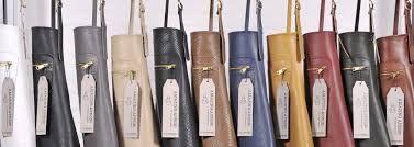 Het Nederlandse DutchDeluxes maakt erg mooie leren schorten - al dan niet behandeld tegen vlekken - in modieuze kleuren voor man en vrouw.