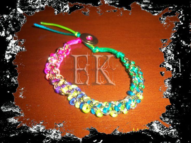 Bracelets gold chains and multicolor thread/ Pulseras con cadenas doradas y hilo multicolor