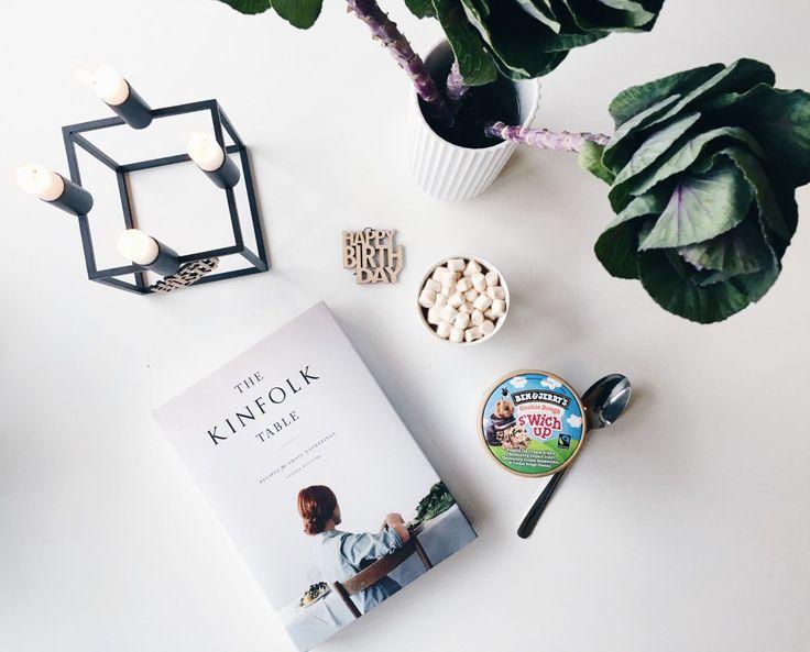 Hygge tid på min fødselsdag, men ben & jerrys, varm kakao med skumfiduser og levende lys. En styling til bloggen og Instagram.