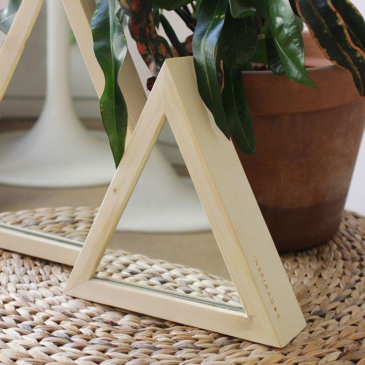 Esta pareja de espejos decora cualquier rincón de tu hogar. Realizados en madera de abeto macizo, su forma les permite estar de pie sobre cualquier mueble o superficie, pero también vienen adaptados para colgarlos en pared.