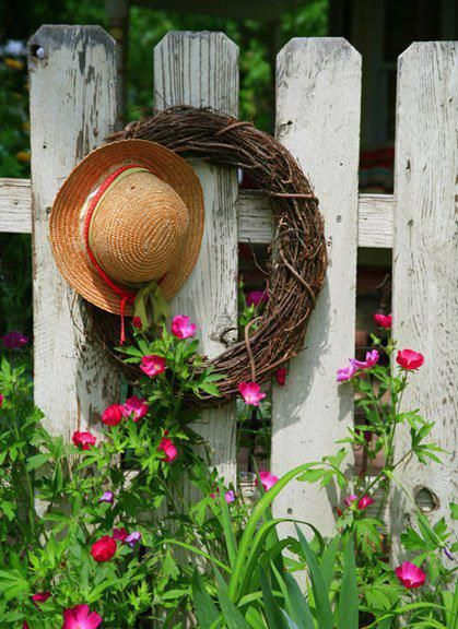 Such a great lookGardens Ideas, Privacy Fence, Gardens Fence, Grapevine Wreath, Picket Fence, Straws Hats, Flower Gardens, Flower Ideas, Dreams Gardens