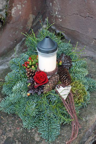 http://holmsundsblommor.blogspot.se/2010/11/gravdekoration-med-ljus.html Gravdekoration med ljus
