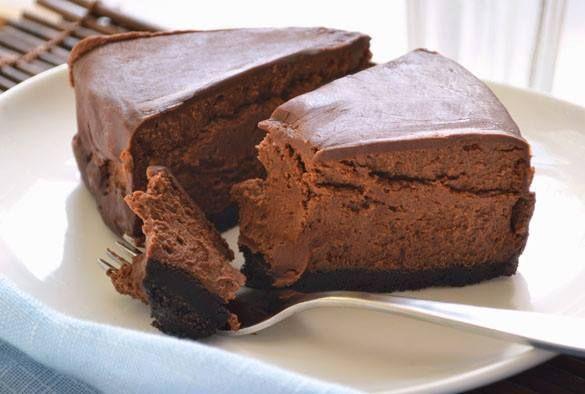 Čokoládový cheescake Korpus (dortová forma o průměru 24 cm)  140 g grahamových (máslových) sušenek 30 g krupicového cukru 10 g kakaa 70 g másla  Sýrová směs  600 g sýra Philadelphia 150 g cukr 3 vejce 80 ml smetany ke šlehání 1 lžička vanilkového extraktu 80 g čokoládové polevy (nebo 60 g čokolády na vaření + 10 g másla + 10 g krupicového cukru)