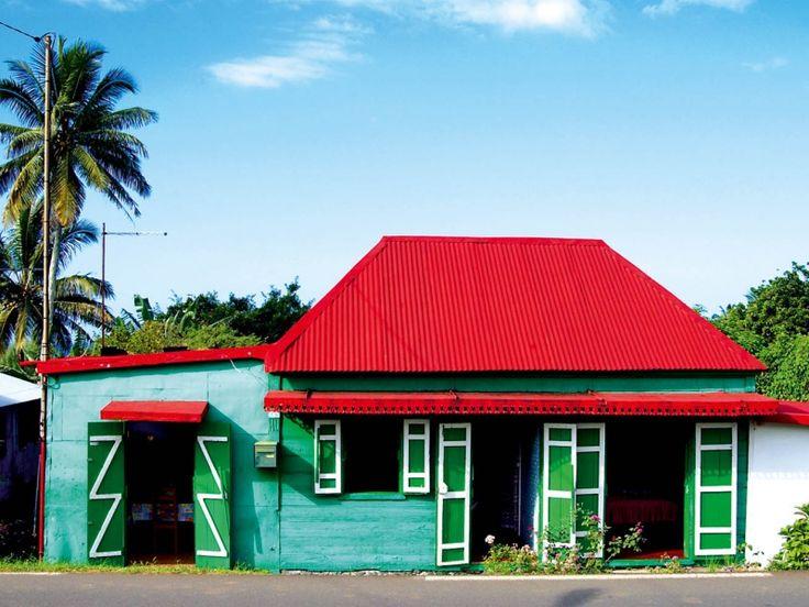 Les cases créoles sont construites en bois, en tôle et en pierre.  La varangue : c'est l'endroit frais et aéré où la famille se retrouve pour bavarder ou faire de petits ouvrages.  les lambrequins, dentelles décoratives aux toitures.  La façade écran, partie avant de la case sur laquelle se trouvent les éléments décoratifs. Le toit à quatre pentes, appelé toiture à la française. L'orientation : la façade la plus décorée est en bordure de route.