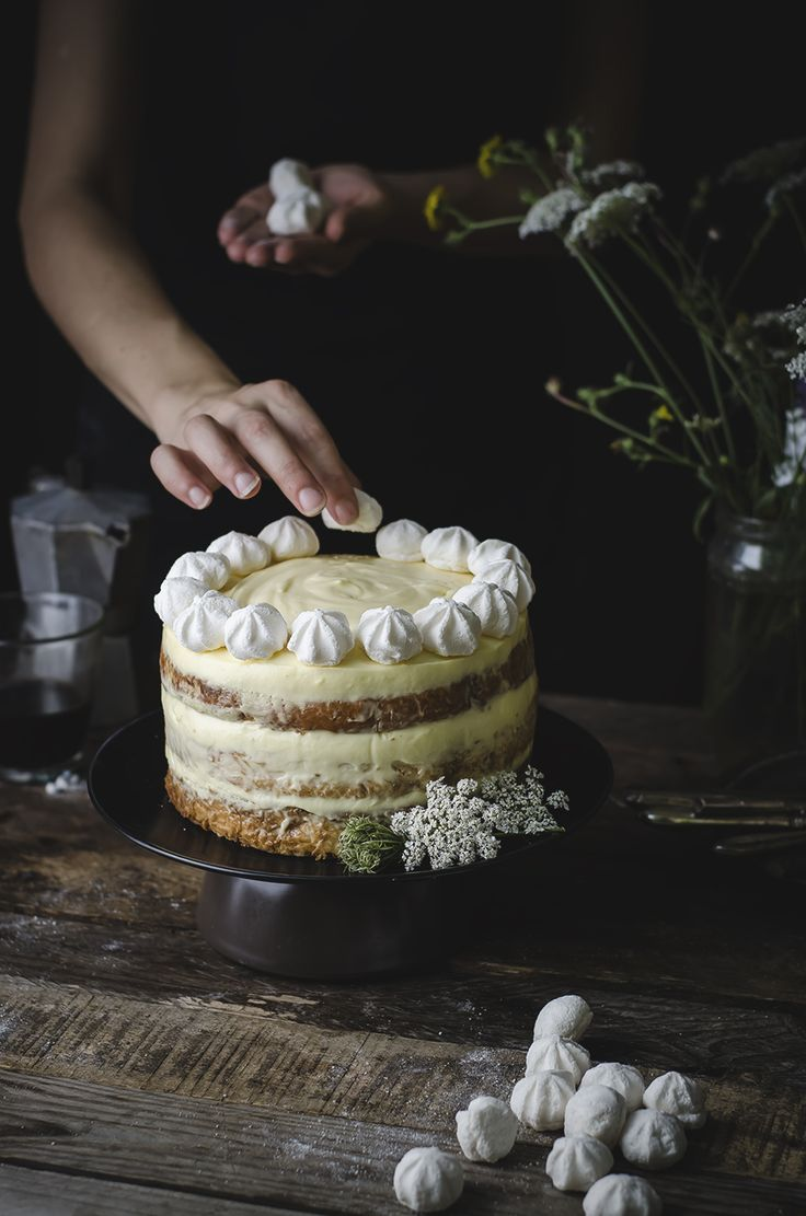 Rum tiramisù cake with meringues.