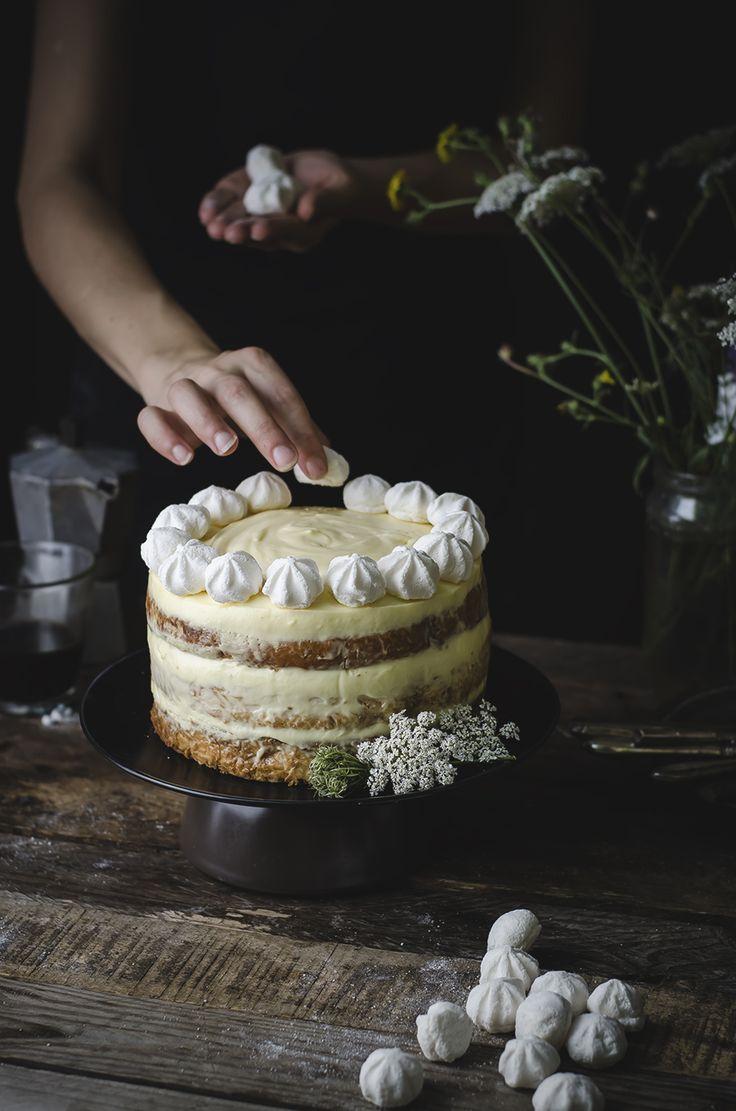 Rum tiramisù cake with meringues.